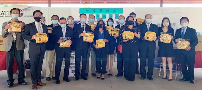 橙僑中心致贈僑委會「防疫關懷包」 攜手爾灣市迎向疫情解封