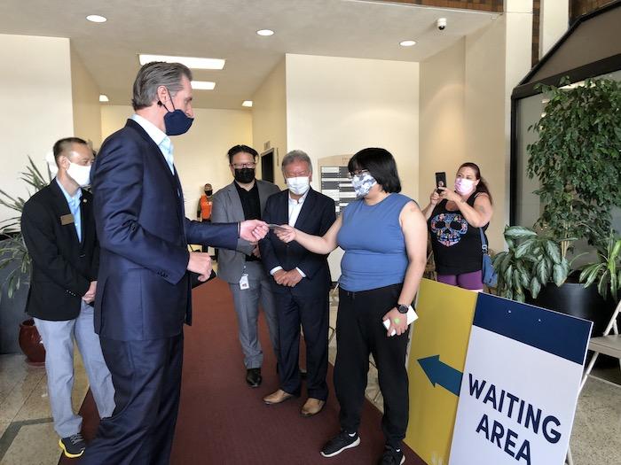 州長紐森訪華埠新冠疫苗接種中心 普及疫苗接種激勵計劃